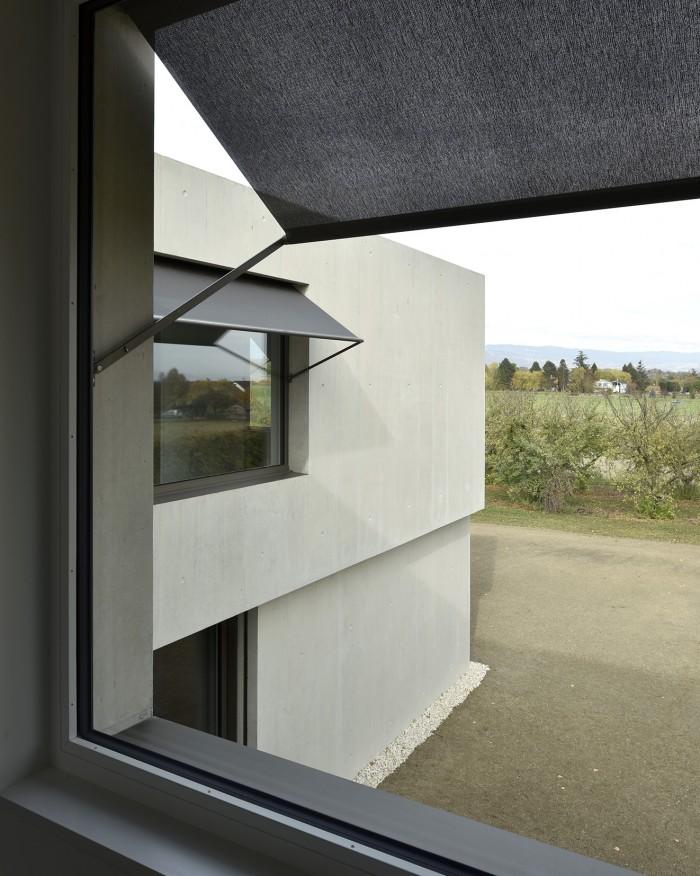 Villa contemporaine moderne à Founex villa béton Counson architectes Kästli stores